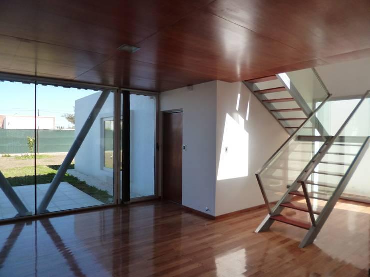 CASA DEL BOSQUE - Autores: Mauricio Morra Arq., Diego Figueroa Arq.: Pasillos y recibidores de estilo  por Mauricio Morra Arquitectos,