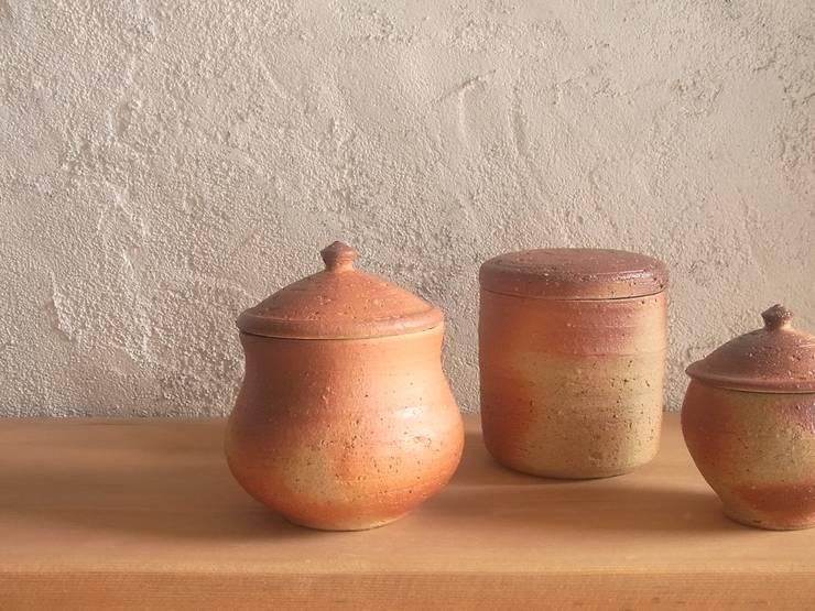 salt pot - 塩壷: 川尻製陶所 - kawajiri Earthenware Factoryが手掛けたキッチンです。
