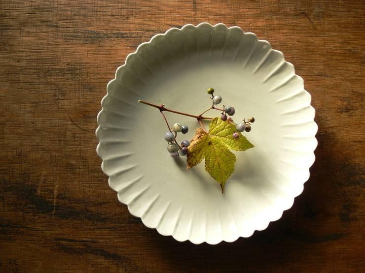 白磁輪花8寸皿: 三窯が手掛けたキッチンです。,