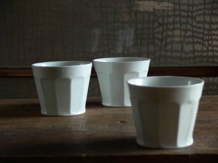 白磁面取カップ: 三窯が手掛けたキッチンです。,