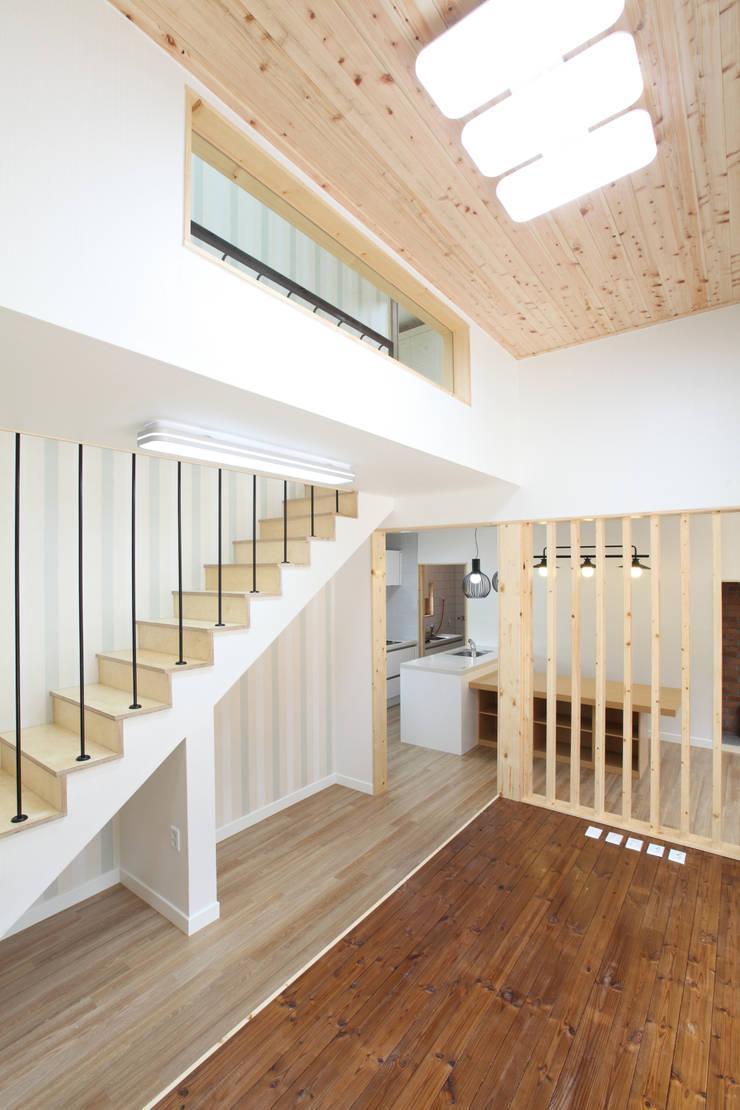 좌식평상이 있는 거실: 주택설계전문 디자인그룹 홈스타일토토의  거실,모던