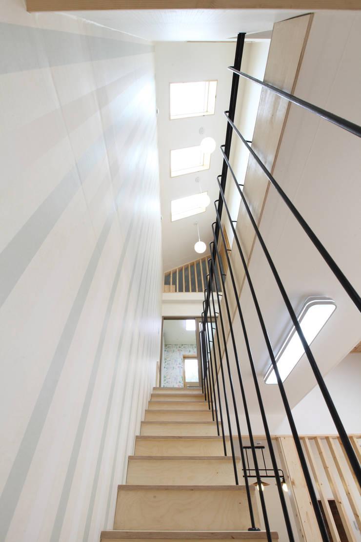 천창빛이 쏟아지는 계단: 주택설계전문 디자인그룹 홈스타일토토의  복도 & 현관,모던