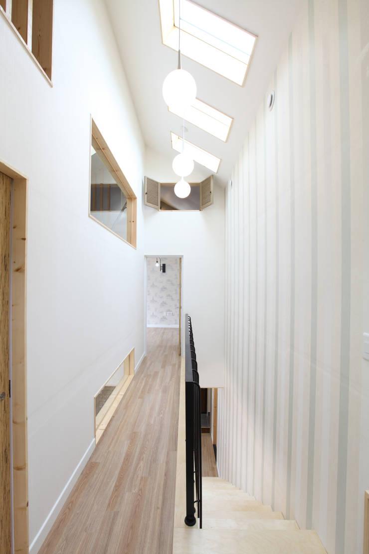 2층 복도: 주택설계전문 디자인그룹 홈스타일토토의  복도 & 현관,모던