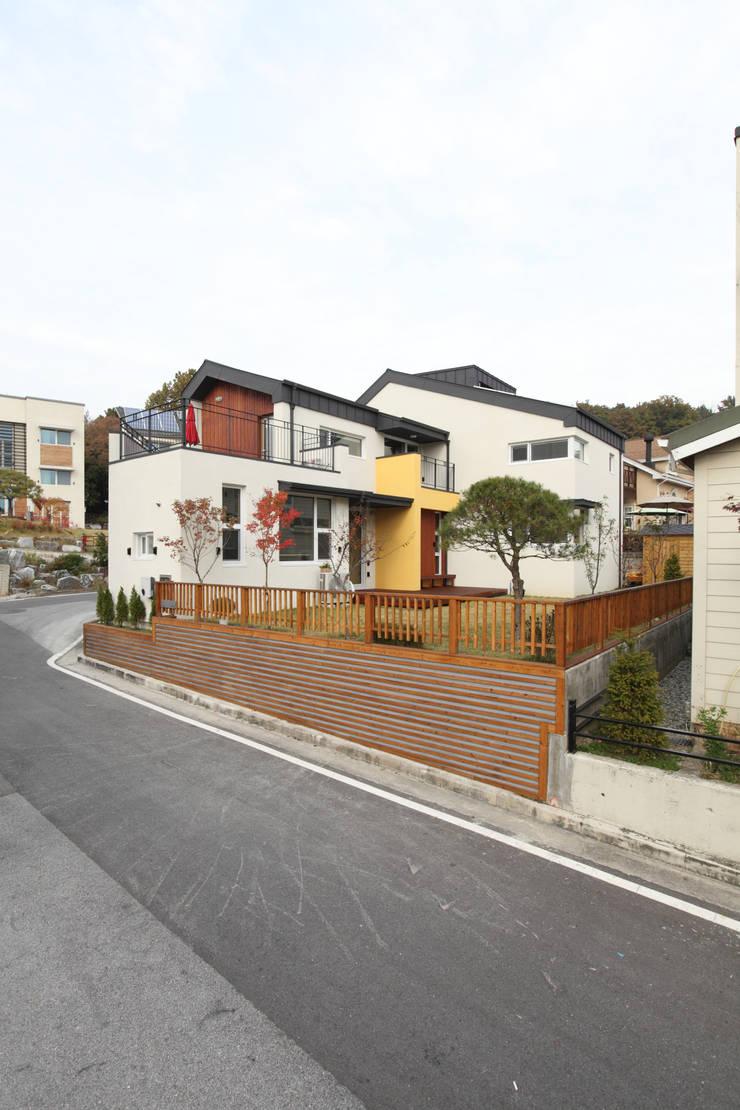 남쪽 마당방향에서의 외관: 주택설계전문 디자인그룹 홈스타일토토의  주택