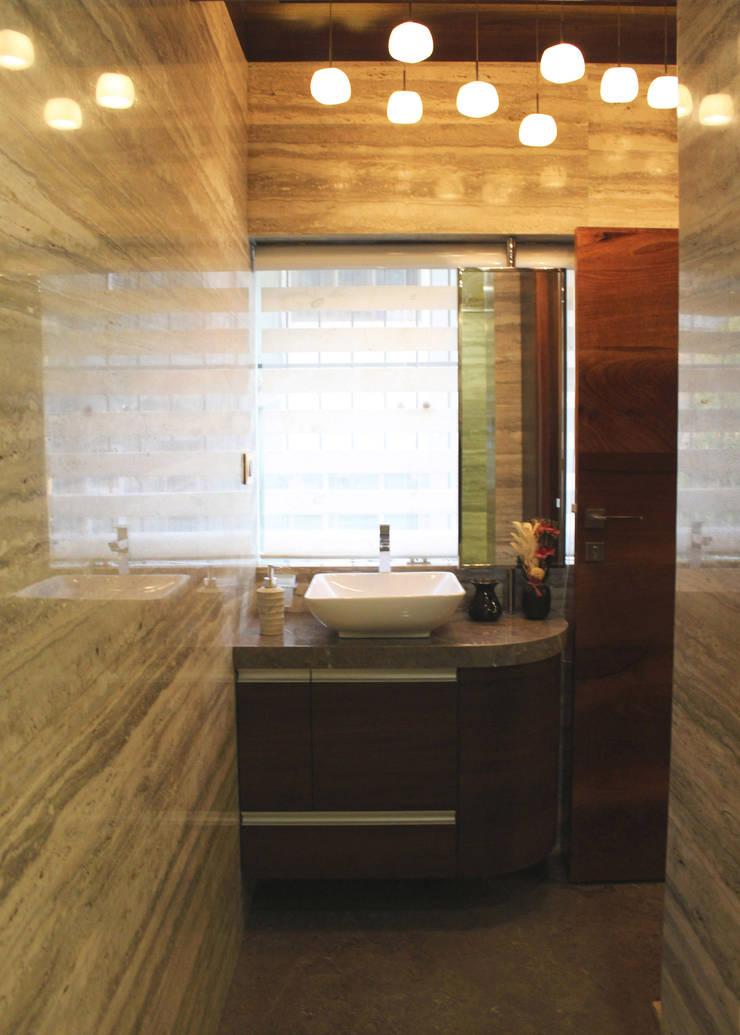 Juhu Residence:  Bathroom by The design house