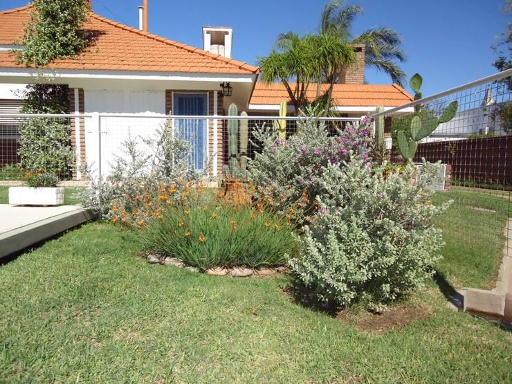 PAISAJE PARQUE VIVIENDA CHALET: Jardines de estilo ecléctico por milena oitana