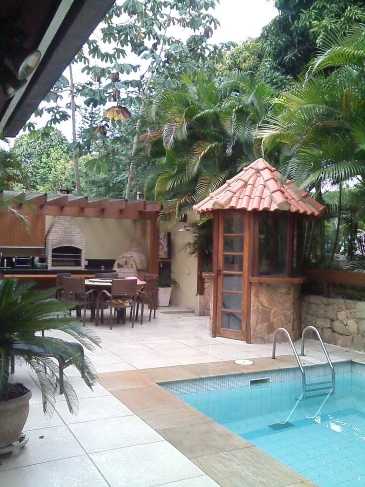 área de lazer com churrasqueira e piscina: Terraços  por Margareth Salles