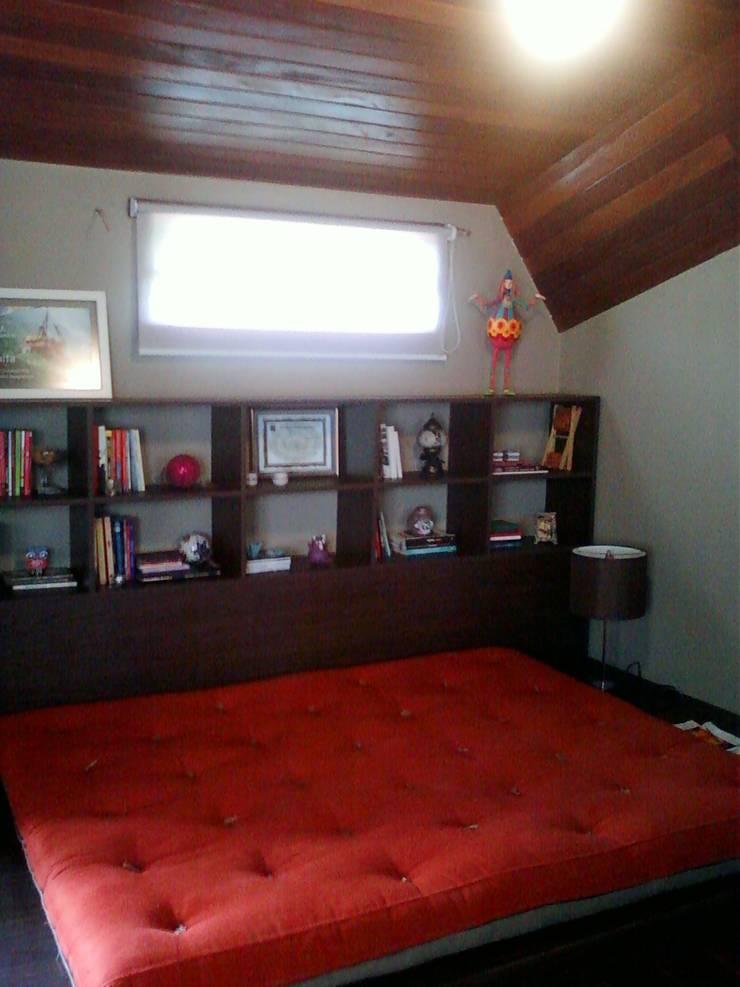 escritório no sótão: Escritórios  por Margareth Salles