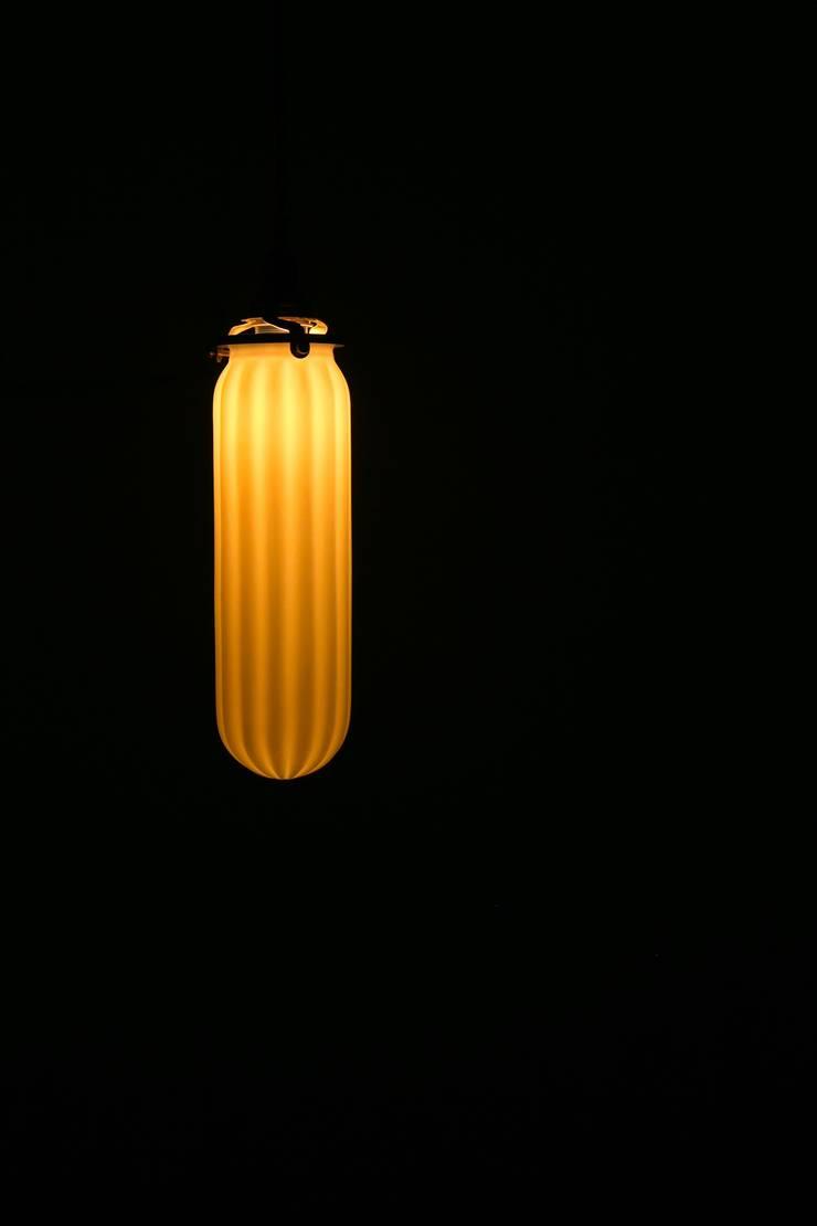 Lghtware: 飛松陶器が手掛けたリビングルームです。