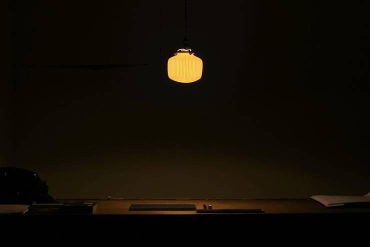 磁器製ランプシェード : 飛松陶器が手掛けた玄関&廊下&階段です。
