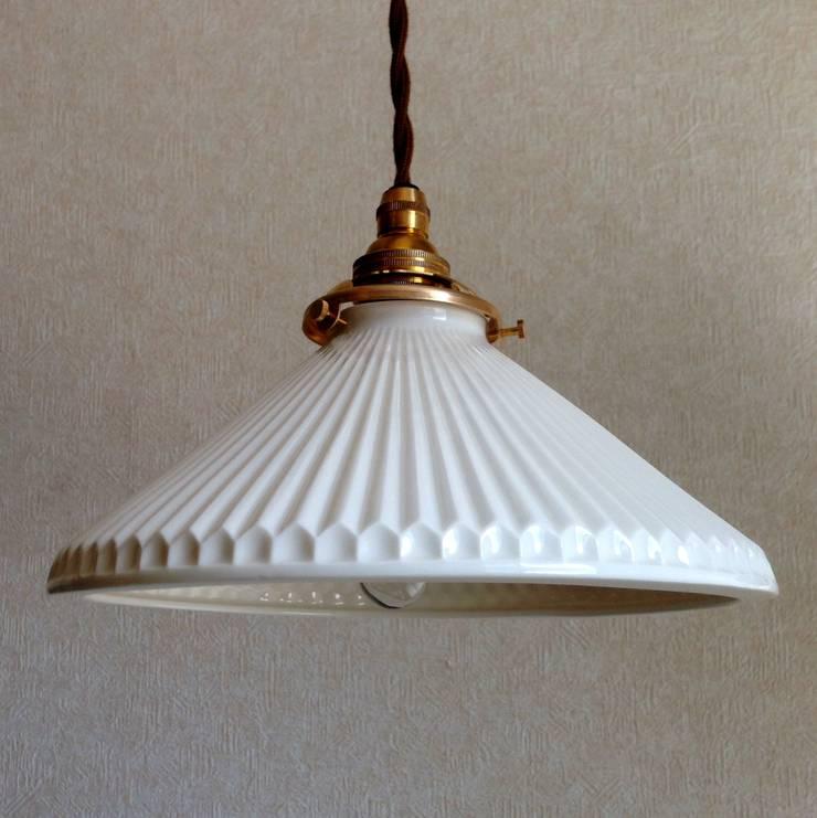 Lightware: 飛松陶器が手掛けたダイニングルームです。