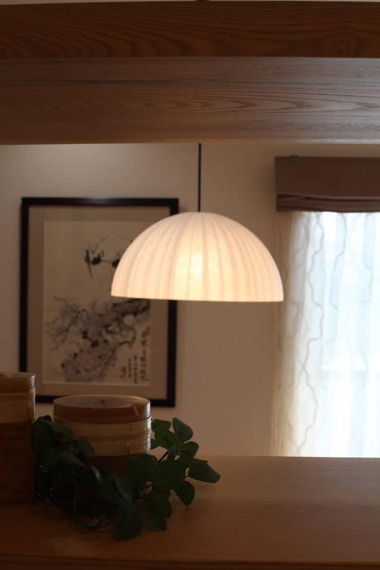 ダイニングテーブル&打合せテーブルのペンダント: 株式会社Juju INTERIOR DESIGNSが手掛けたオフィススペース&店です。