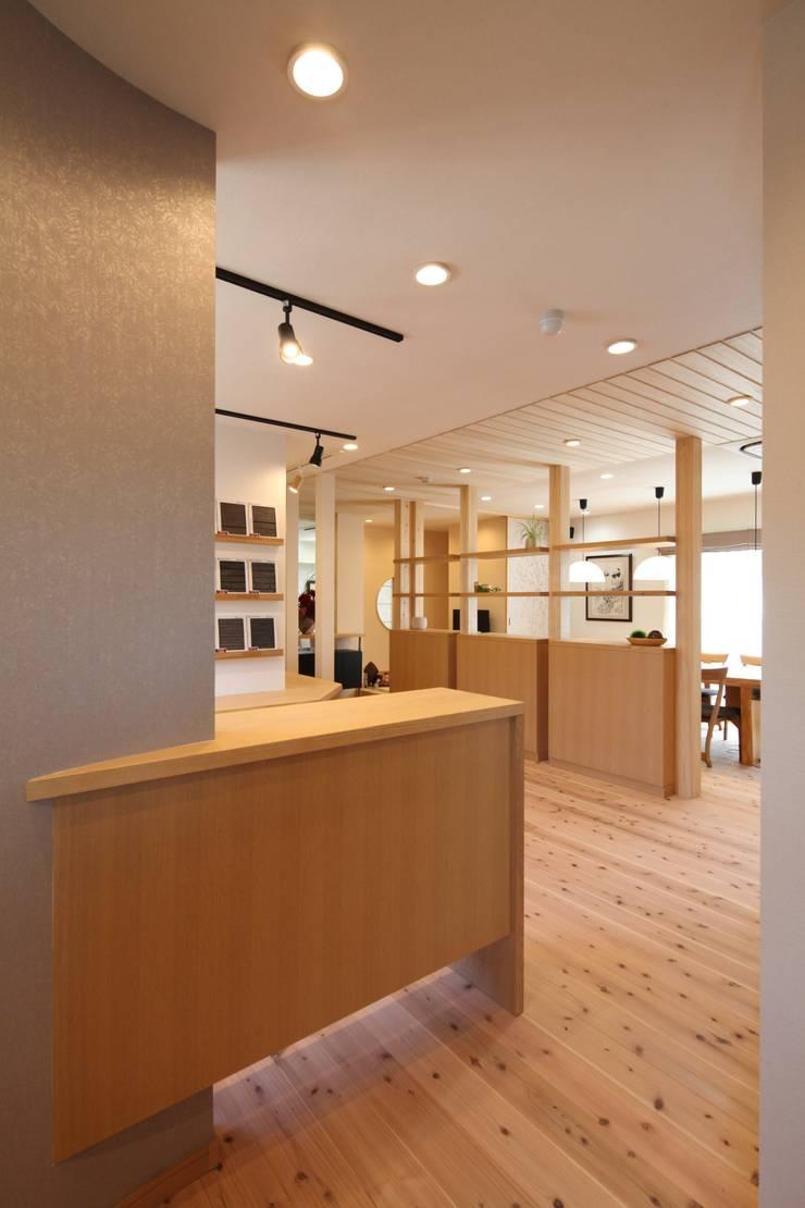 ショールームエントランス: 株式会社Juju INTERIOR DESIGNSが手掛けたオフィススペース&店です。