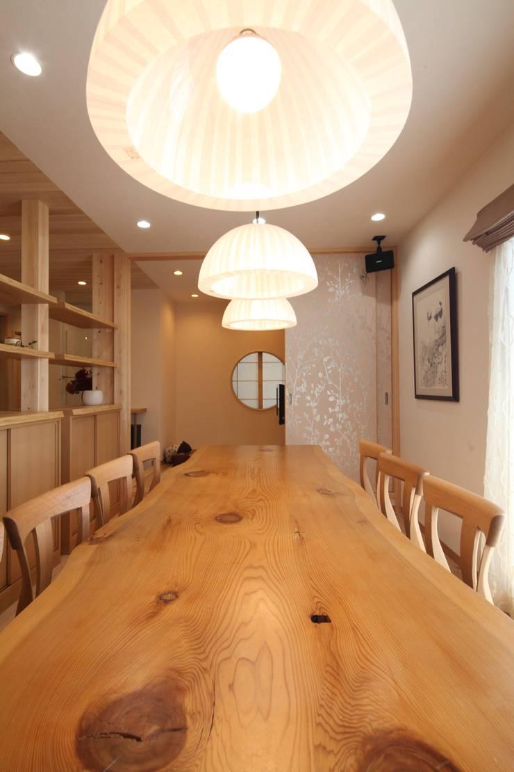 ダイニング&打合せテーブル: 株式会社Juju INTERIOR DESIGNSが手掛けたオフィススペース&店です。