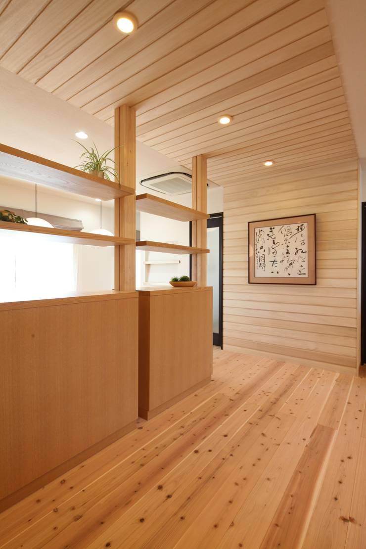 打合せコーナーへのアプローチ: 株式会社Juju INTERIOR DESIGNSが手掛けたオフィススペース&店です。