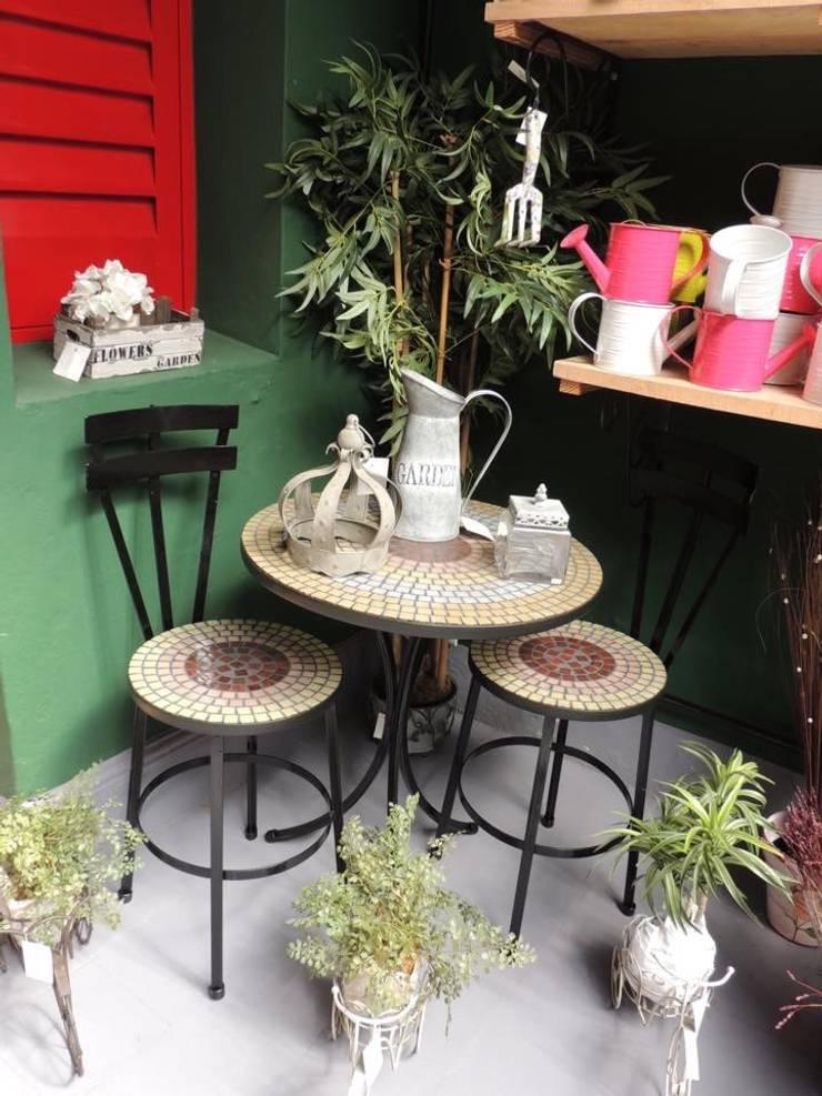 Nuestros muebles y objetos de decoración: Hogar de estilo  por Cielo y Tierra