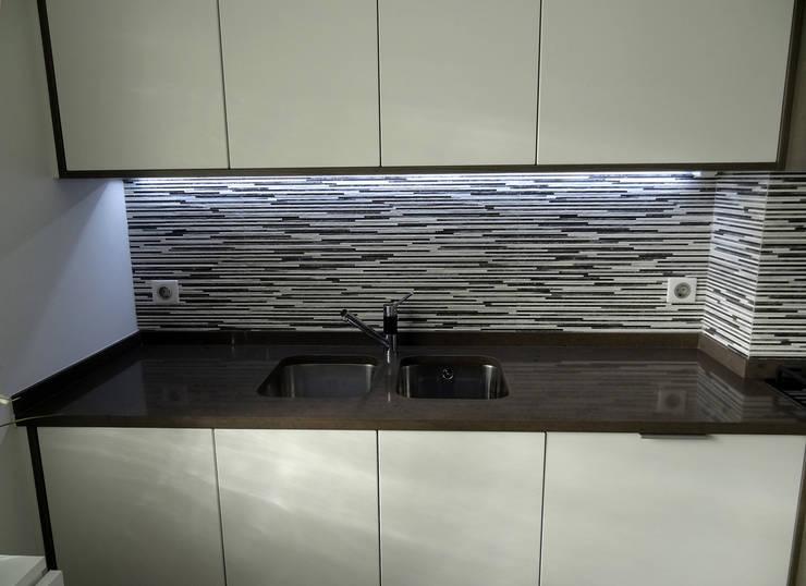 Remodelação de Apartamento, Braço de Prata : Cozinhas  por Happy Ideas At Home - Arquitetura e Remodelação de Interiores