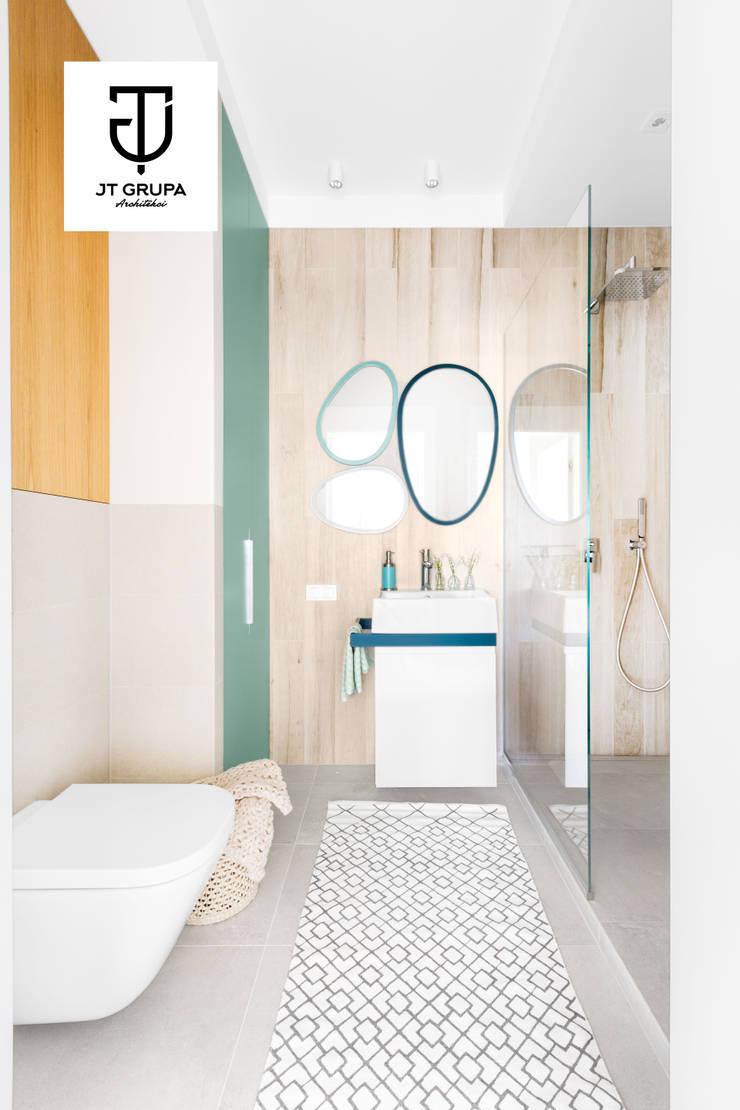 Gdańsk – Skandynawskie mieszkanie wakacyjne: styl , w kategorii Łazienka zaprojektowany przez JT GRUPA