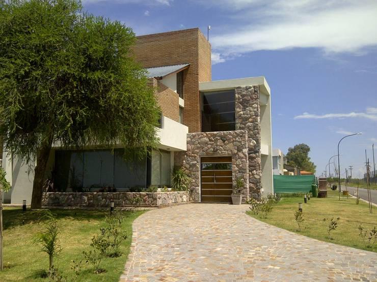 RESIDENCIA FERRERO: Casas de estilo  por MParq