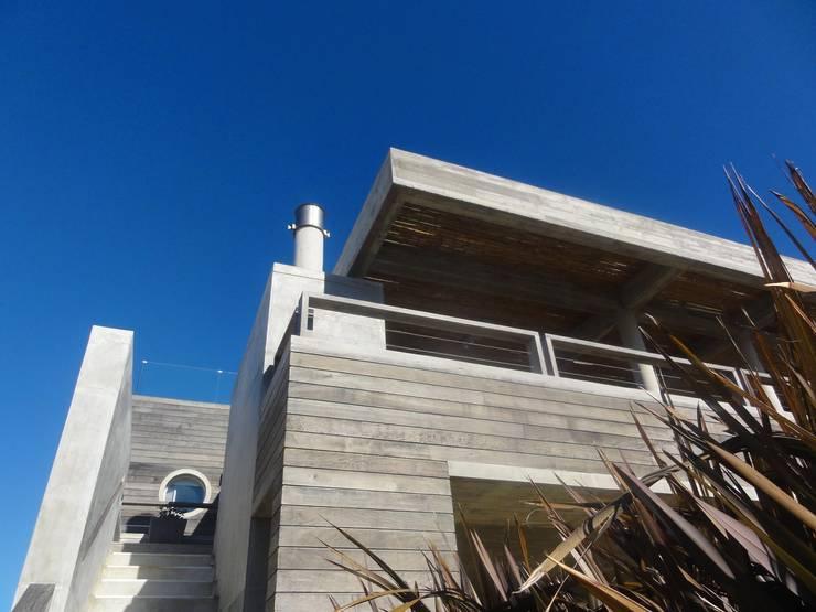 """Casa """"La Familia"""": Casas de estilo  por Estudio de arquitectura Vivian Avella Longhi"""