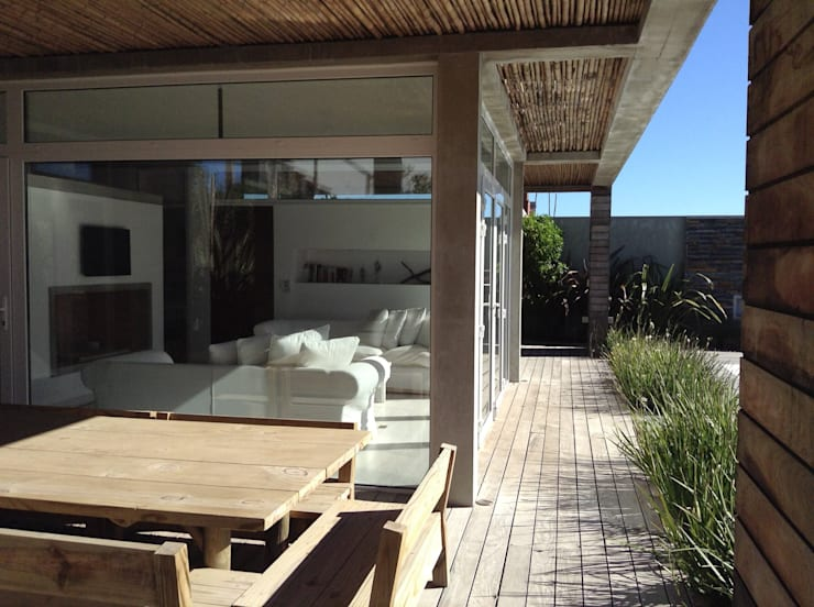 Casa <q>La Familia</q>: Terrazas de estilo  por Estudio de arquitectura Vivian Avella Longhi,