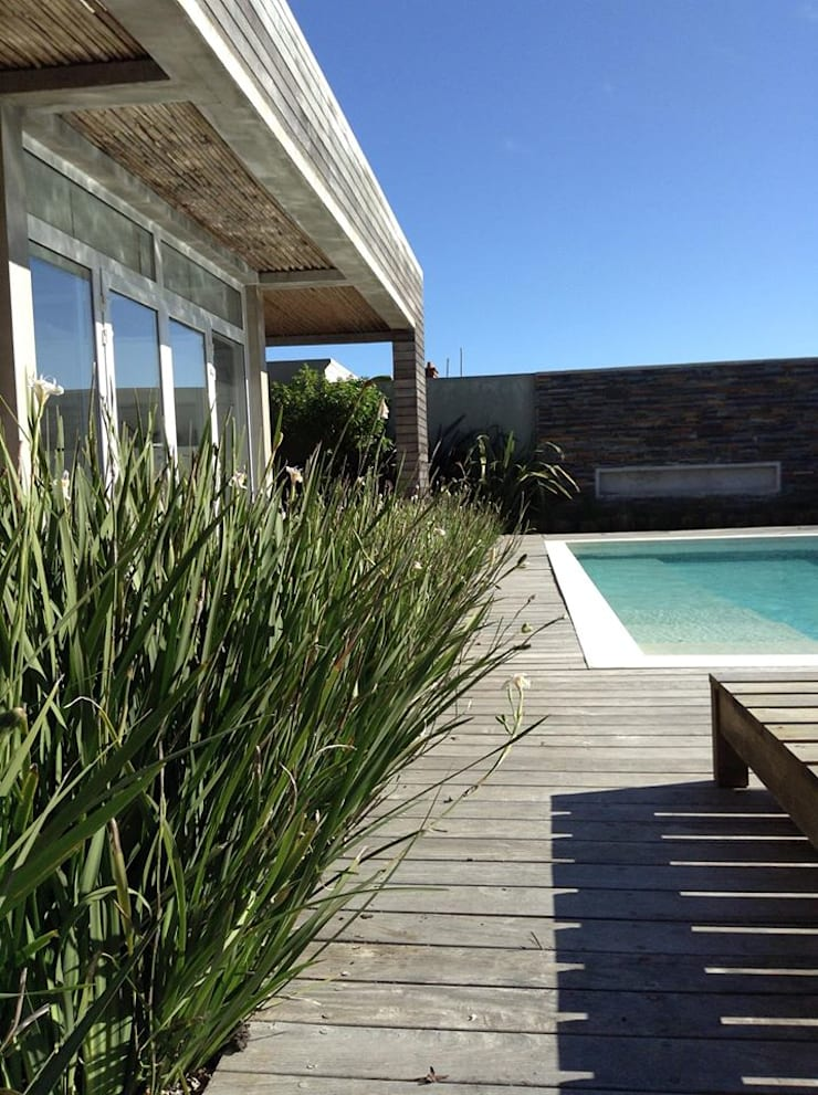 Casa <q>La Familia</q>: Piletas de estilo  por Estudio de arquitectura Vivian Avella Longhi,