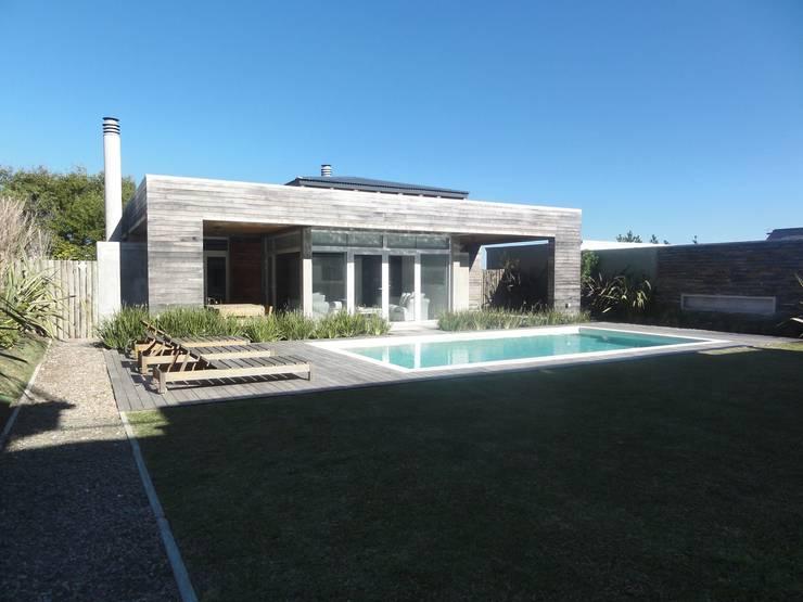 Hồ bơi by Estudio de arquitectura Vivian Avella Longhi