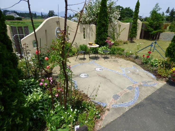 幸せを運ぶフクロウのいるおしゃれな庭 | エクステリア&ガーデンデザイン専門店 エクステリアモミの木: エクステリアモミの木 | エクステリア&ガーデンデザイン専門店が手掛けた庭です。,