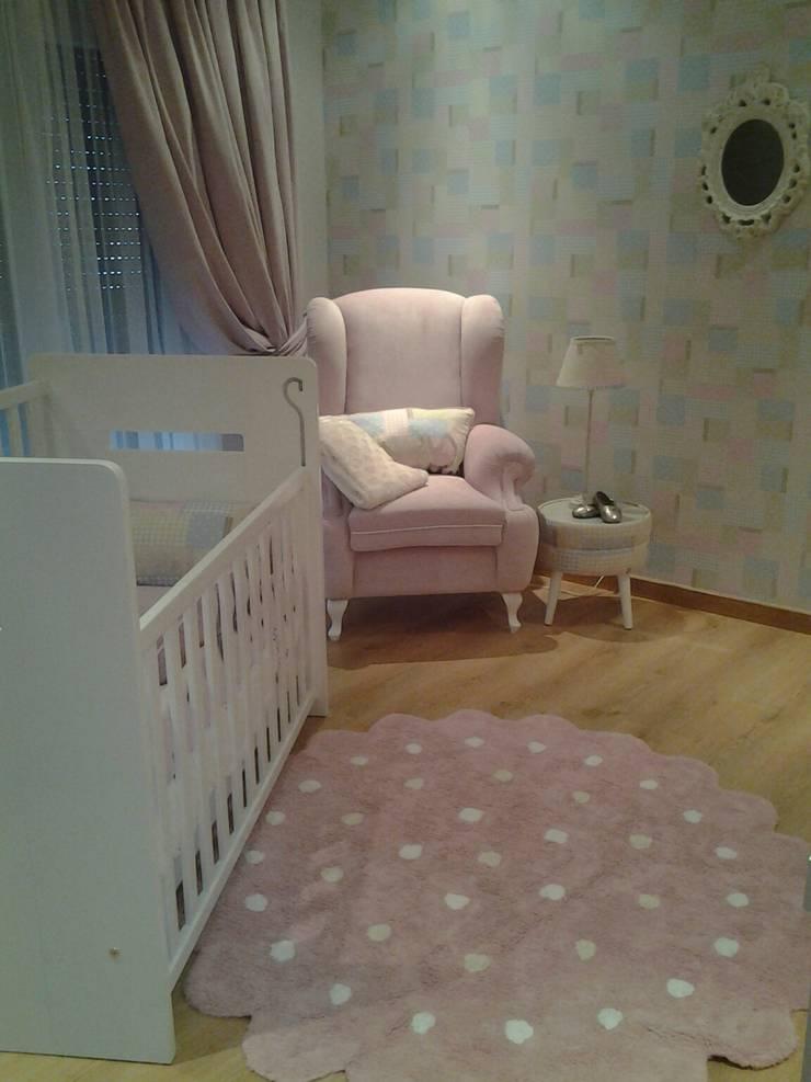 Uma tela em branco * Quarto da Baby B.:   por Espaços Únicos - EU InteriorDecor