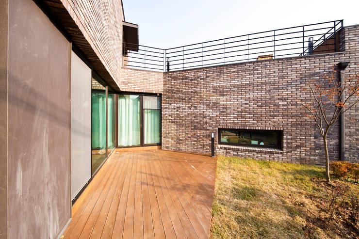 관산동 주택: GongGam Urban Architecture & Construction의  베란다