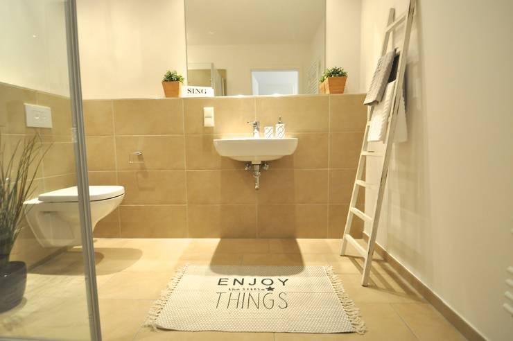 kleine Musterwohnung in schwarz-weiß:  Badezimmer von Karin Armbrust - Home Staging