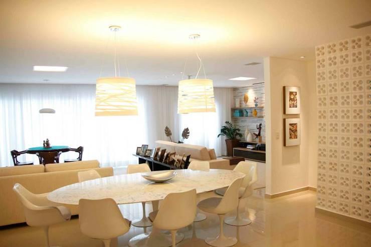 Apt Praia: Sala de jantar  por Carol Abumrad Arquitetura e Interiores