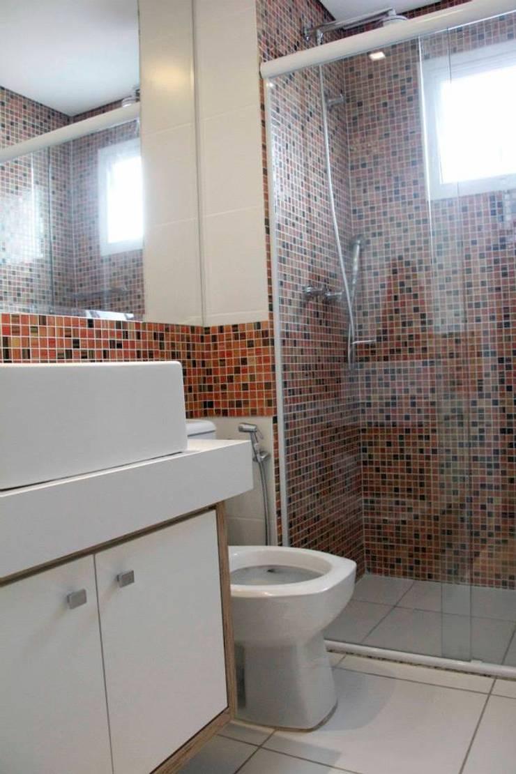 Apt Praia: Banheiro  por Carol Abumrad Arquitetura e Interiores