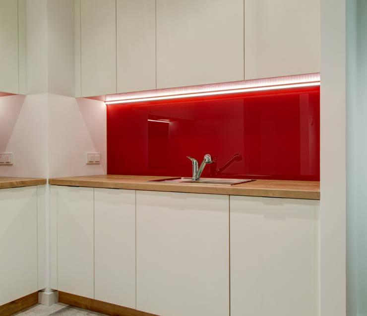 Czerwony akcent: styl , w kategorii  zaprojektowany przez Perfect Space,Nowoczesny