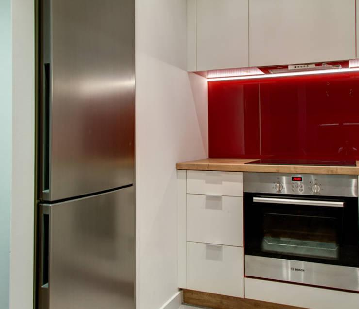 Czerwony akcent: styl , w kategorii Kuchnia zaprojektowany przez Perfect Space,Nowoczesny