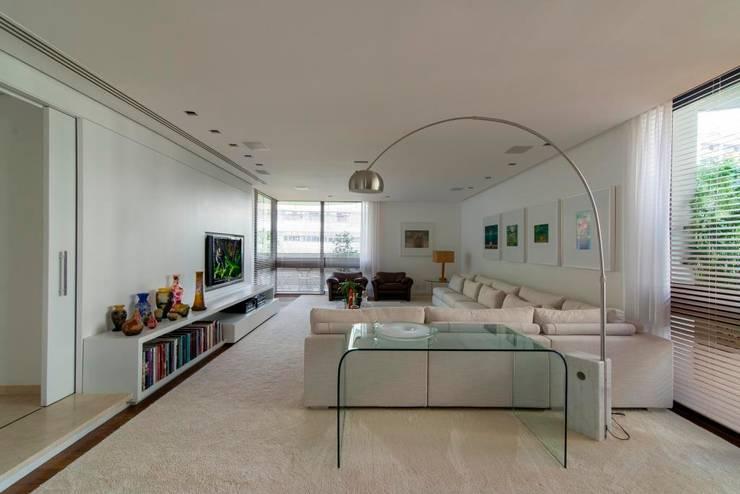 apartamento MM: Salas de estar  por RASSINI arquitetura