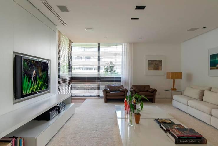 sala de estar: Salas de estar  por RASSINI arquitetura