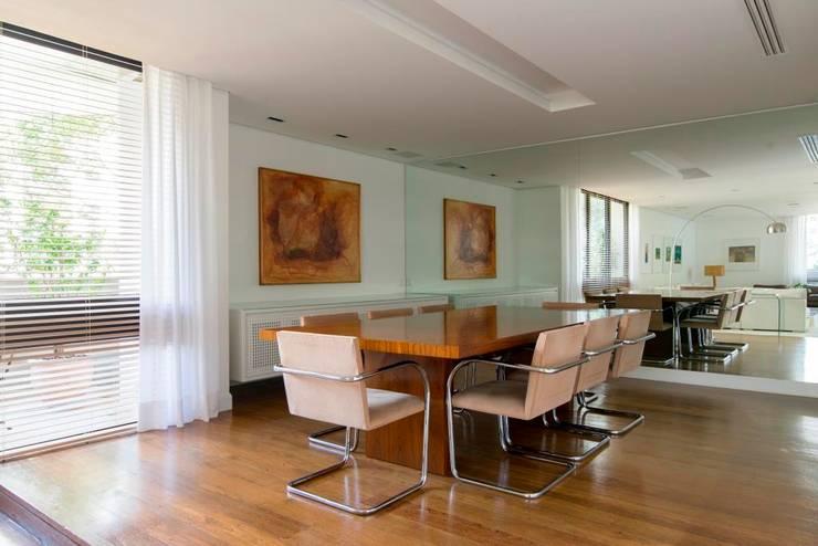 sala de jantar: Salas de jantar  por RASSINI arquitetura