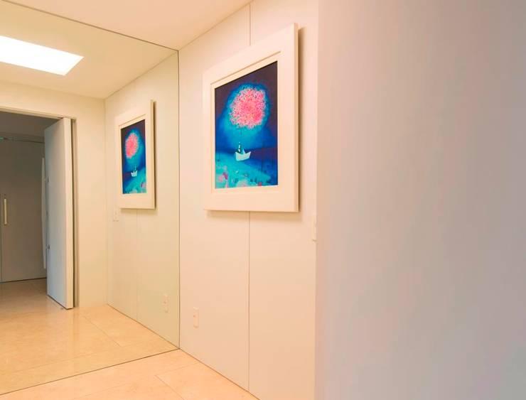 hall social: Corredores e halls de entrada  por RASSINI arquitetura