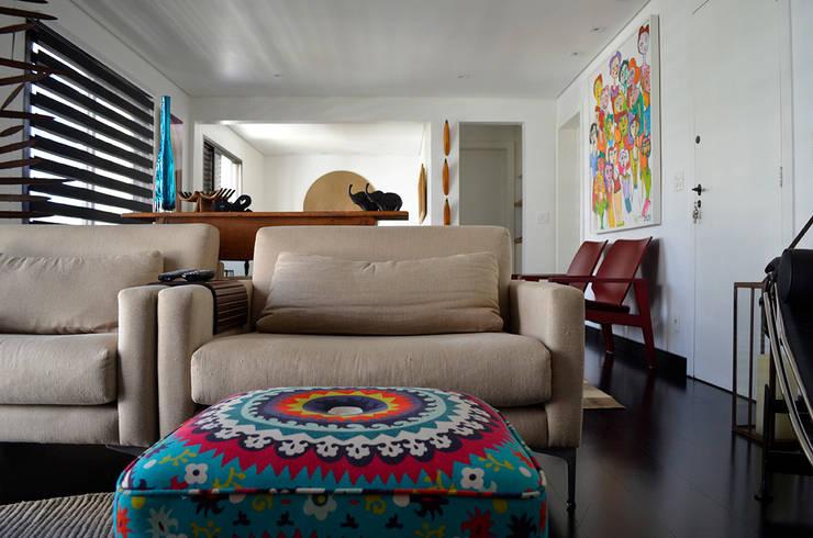 Reforma – Rua Jupter: Salas de estar  por MEM Arquitetura