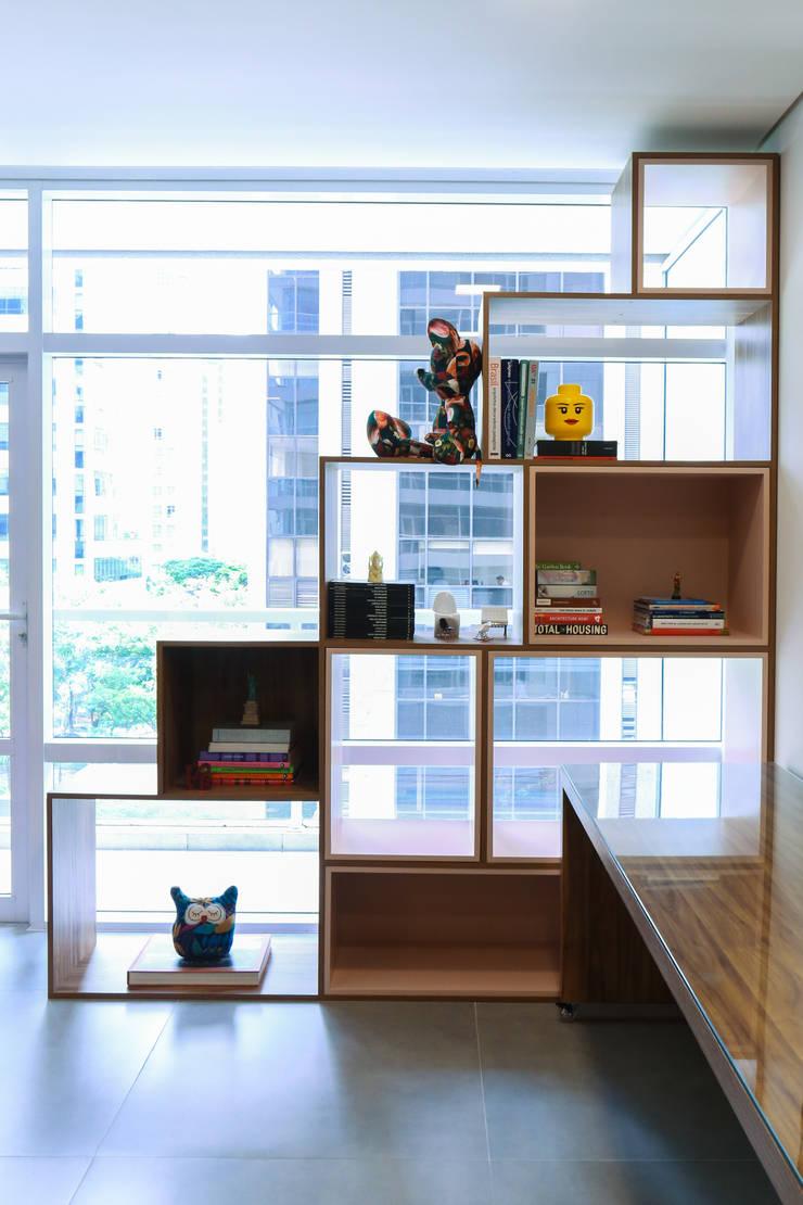 Detalhe da Marcenaria.: Escritórios  por MEM Arquitetura