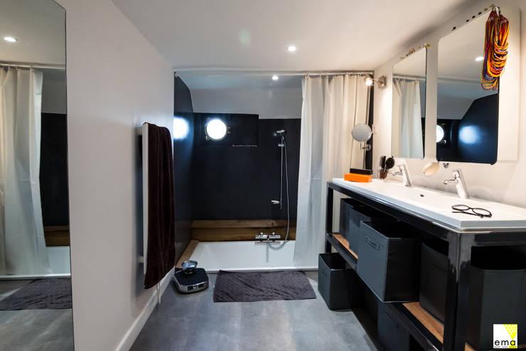 Vue de la salle de bains: Salle de bains de style  par Elisabeth Manguin Architecte