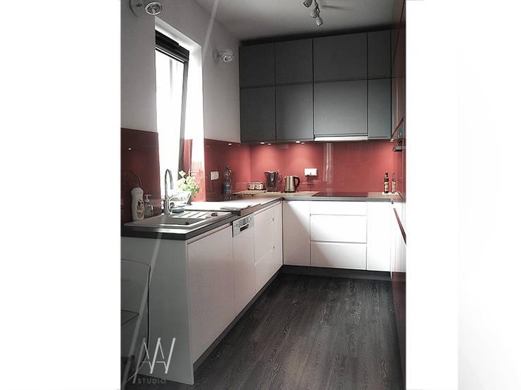 Biało-czerwone mieszkanie 2 pokojowe dla dwóch osób: styl , w kategorii Kuchnia zaprojektowany przez AAW studio,Nowoczesny