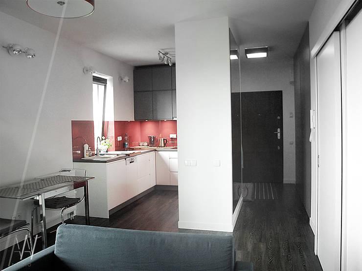 Biało-czerwone mieszkanie 2 pokojowe dla dwóch osób: styl , w kategorii Salon zaprojektowany przez AAW studio,Nowoczesny