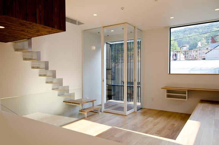 atami house: 씨즈 아틀리에의  거실