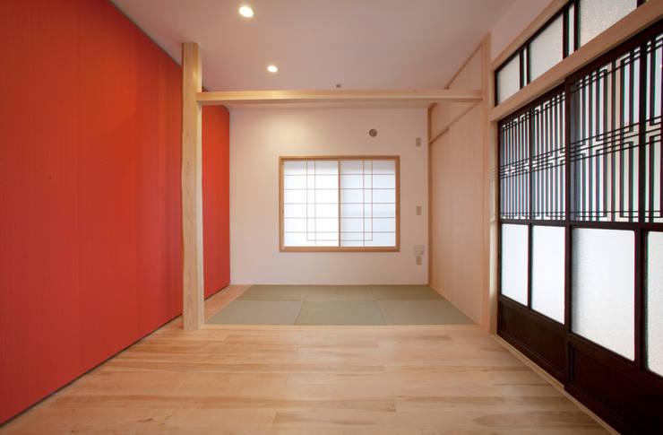 和室スペース: 戸田晃建築設計事務所が手掛けたリビングです。