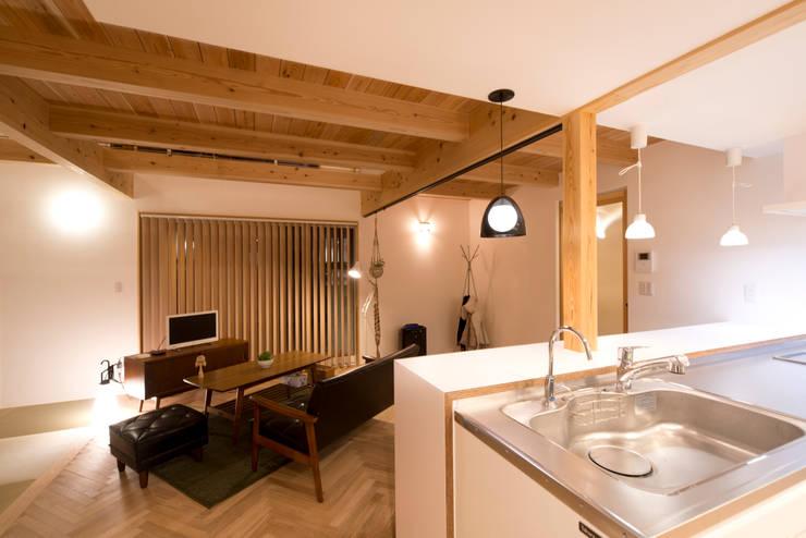 自然素材に囲まれた落ち着きを感じさせるリビングダイニング: 合同会社negla設計室が手掛けたリビングです。