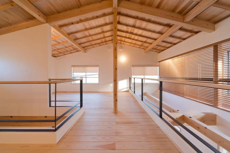 暮らしの変化に対応した可変性のある2階ホール: 合同会社negla設計室が手掛けた和室です。