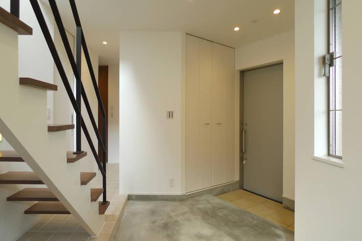 ホール土間: OARK一級建築士事務所が手掛けた廊下 & 玄関です。