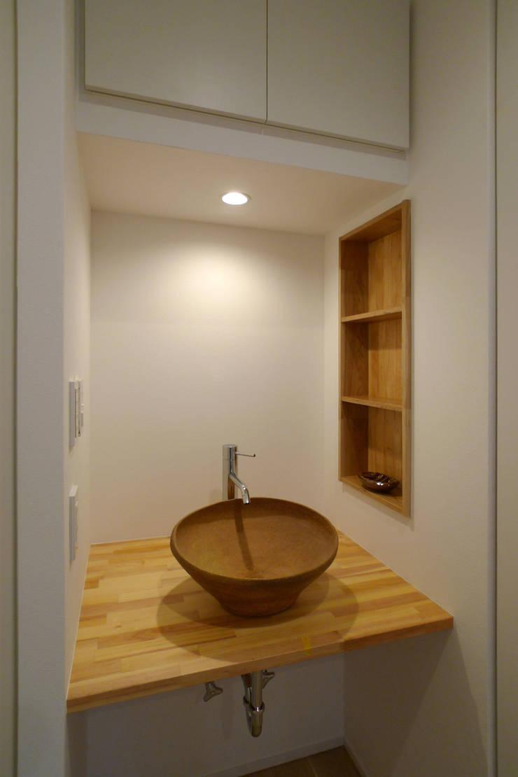 洗面手洗い: OARK一級建築士事務所が手掛けた浴室です。